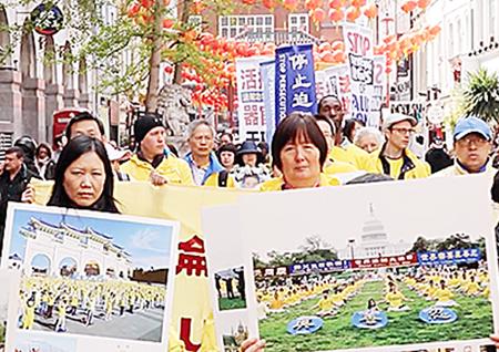 部份法輪功學員4 月22 日在倫敦中使館前集會並遊行。建築師巴拉比爾說:「『善』是需要給予他人最重要的東西和我們的責任。」(新唐人)