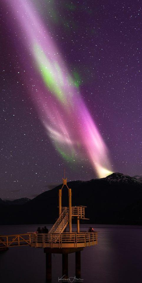 光束發出強烈的紫光,其中有幾千度的高溫氣流。(The Gallery of Steve's Facebook)