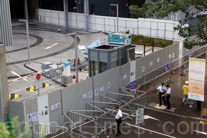 政府在2014年7月中,關閉有「公民廣場」之稱的政府總部東翼迴旋處,進行加設圍欄工程。早前有建制派建議重開「公民廣場」。(蔡雯文/大紀元)
