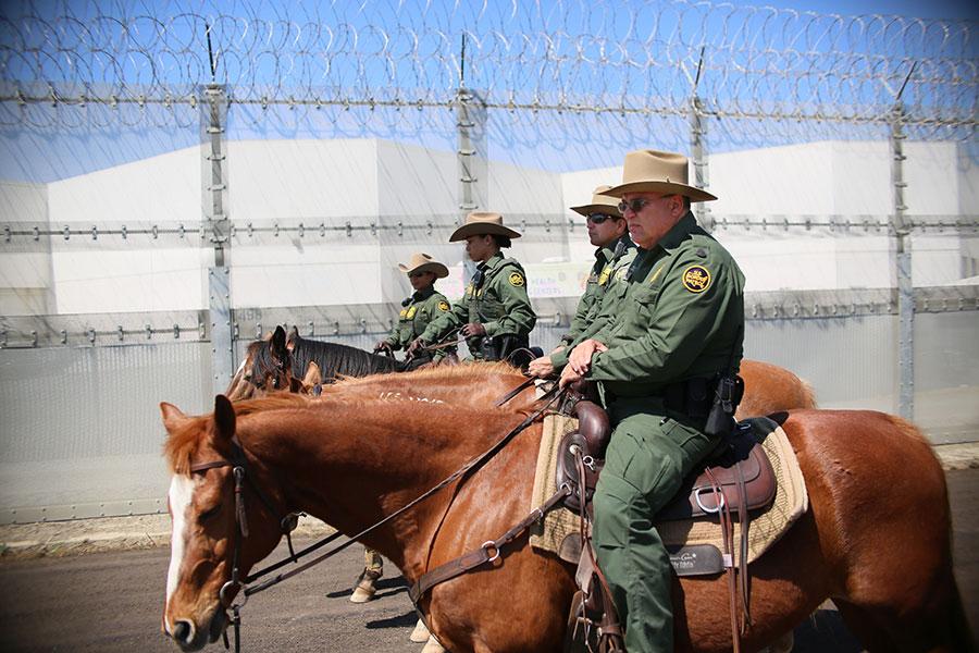 4月21日在加州Otay Mesa的美墨邊境上,美國邊境巡邏員在執勤。當天美國國土安全部部長凱利和司法部長塞申斯到訪這裏,了解邊境販毒及非法入境等問題。(Sandy Huffaker/Getty Images)