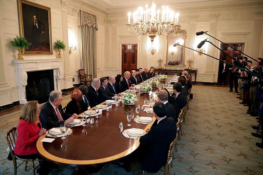 美國總統特朗普4月24日邀請聯合國安理會成員國大使及夫人做客白宮,並共進午餐。(Chip Somodevilla/Getty Images)