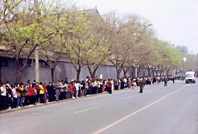 1999年4月25日,一萬多名法輪功學員自發來到國務院信訪辦,為了被抓捕的天津法輪功學員集體上訪。(明慧網)