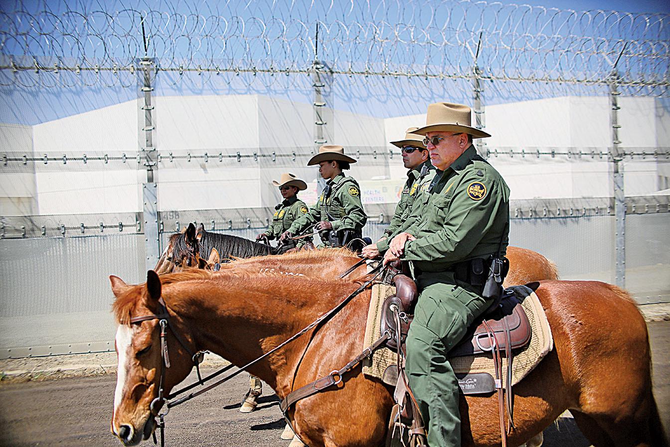 圖為4月21日,在加州的美墨邊境上,美國邊境巡邏員在執勤。(Getty Images)