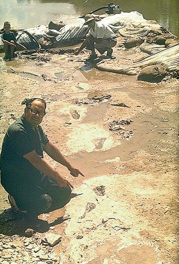 自1969年起Stan Taylor開始Paluxy River的挖掘,在移開數噸重的石灰石後,他在白堊紀地層中發現了似人的腳印。(網絡圖片)