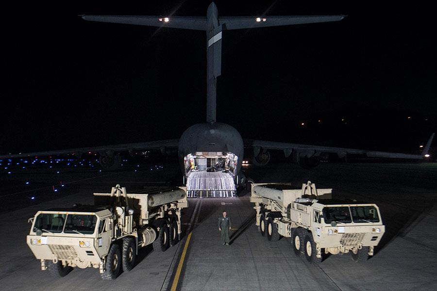 美軍周三(4月26日)開始將薩德(THAAD)反導彈防禦系統零部件,移動到南韓預定部署地點。圖為今年3月自飛機卸下薩德系統零部件的情形。(United States Forces Korea via Getty Images)