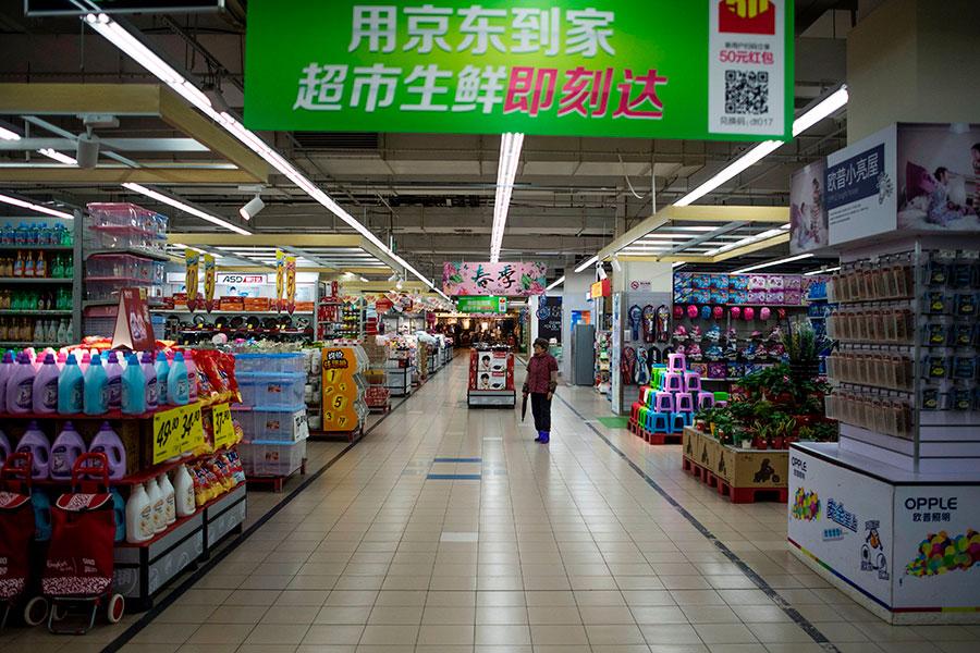 在中國大陸的韓商樂天瑪特超市遭歧視,店內空空蕩蕩。(JOHANNES EISELE/AFP/Getty Images)