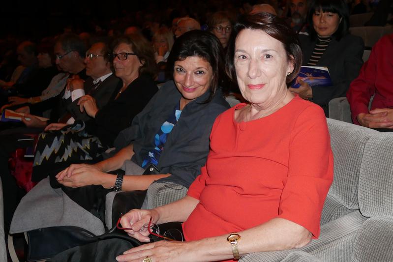 4月25日,蒙彼利埃綠黨代表Nicole LIZA(右)和女兒一起觀看神韻演出。(張妮/大紀元)
