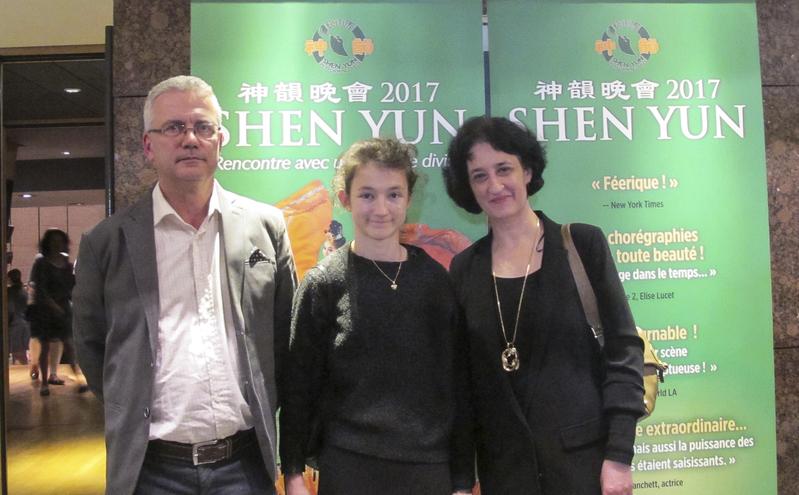4月25日,法國科學家Arnaud Chatonnet先生帶著妻子Palmp Chatonnet和女兒觀看了神韻在法國蒙彼利埃的演出。(麥蕾/大紀元)