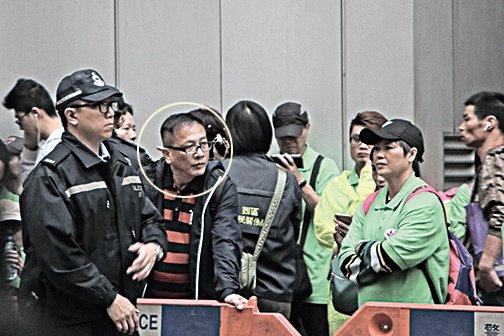 青關會主席楊江與新界親共勢力關係密切,除滋擾法輪功外,也曾狙擊其他泛民人士。(蔡雯文/大紀元)