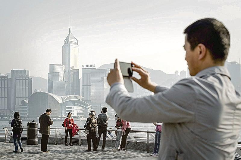 據香港保險監理處數據,近年大陸人到香港購買保險保單持續激增。圖為香港景點。(Getty Images)
