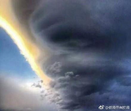 「飛碟雲」雲朵的形狀由大到小籠罩在大理城市上空,雲朵邊緣夾雜著一絲金黃,剩餘的部份又恰似蘑菇雲和「龍捲風」。(網絡圖片)