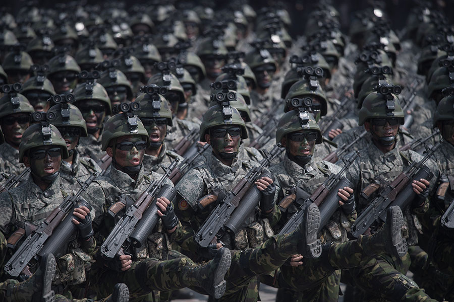 北韓近期高調展示導彈及砲兵軍力,但專家發現,有些是虛張聲勢,展示的是「假貨」。(ED JONES/AFP/Getty Images)