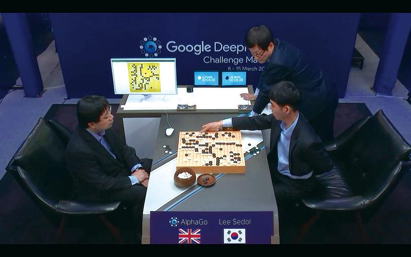 南韓職業圍棋手李世石(右)與谷歌人工智慧AlphaGo對弈第一局落敗。(網絡截圖)