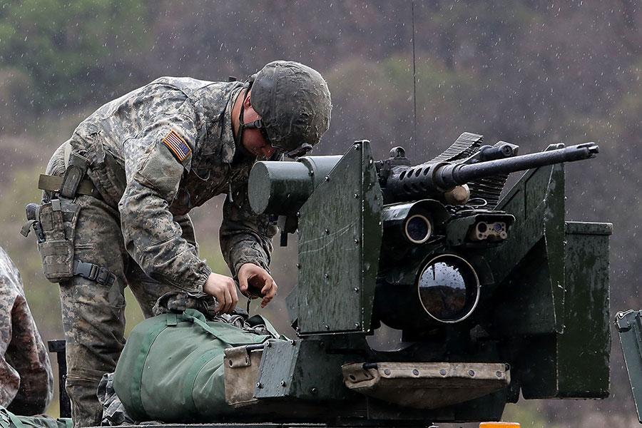 朝鮮半島局勢緊繃。4月14日,美國駐南韓士兵正在準備軍事演習。(Chung Sung-Jun/Getty Images)