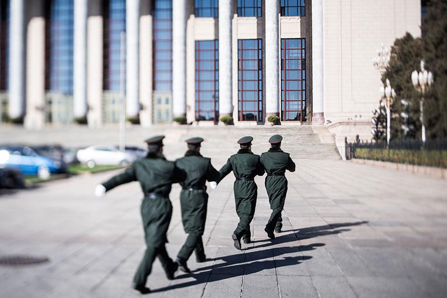 4月18日,習近平對新調整組建的84個中共軍級單位主官進行訓令,與此同時,軍隊改革後的集團軍也使用新的番號。圖為2017年3月7日,北京人民大會堂外的軍警。(DUFOUR/AFP/Getty Images)