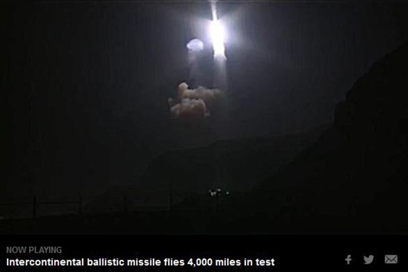 周三(4月26日)凌晨,美國空軍在加州試射民兵三型(Minuteman III)無武裝洲際彈道導彈,導彈飛行6759公里後落在馬紹爾群島。(視像擷圖)