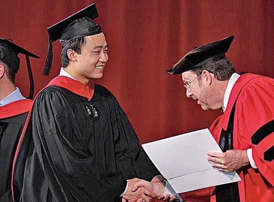 2012年5月24日,薄瓜瓜在哈佛畢業典禮上,領取畢業證書。(網絡圖片)
