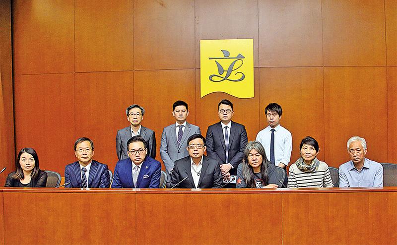 25位香港民主派立法會議員聯署,強烈譴責梁振英借法律之名清算異己。在僅於的二個月任期內,試圖以殺雞儆猴、高壓方式對付反對聲音。(李逸/大紀元)