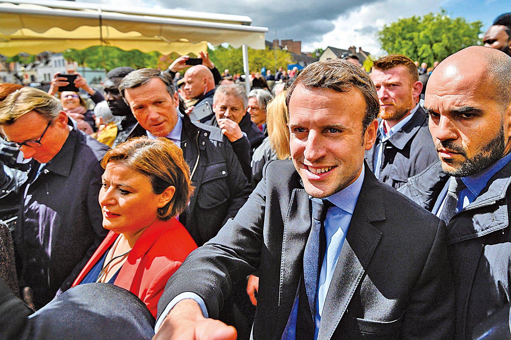法國總統大選第二輪投票前,民調遙遙領先的中間派馬克龍(Emmanuel Macron)4月26日到故鄉法國北部亞眠(Amiens)拉票,與一群憤怒的罷工工人對談超過一小時,成為法國大選歷史上難得的一幕。(Getty Images)