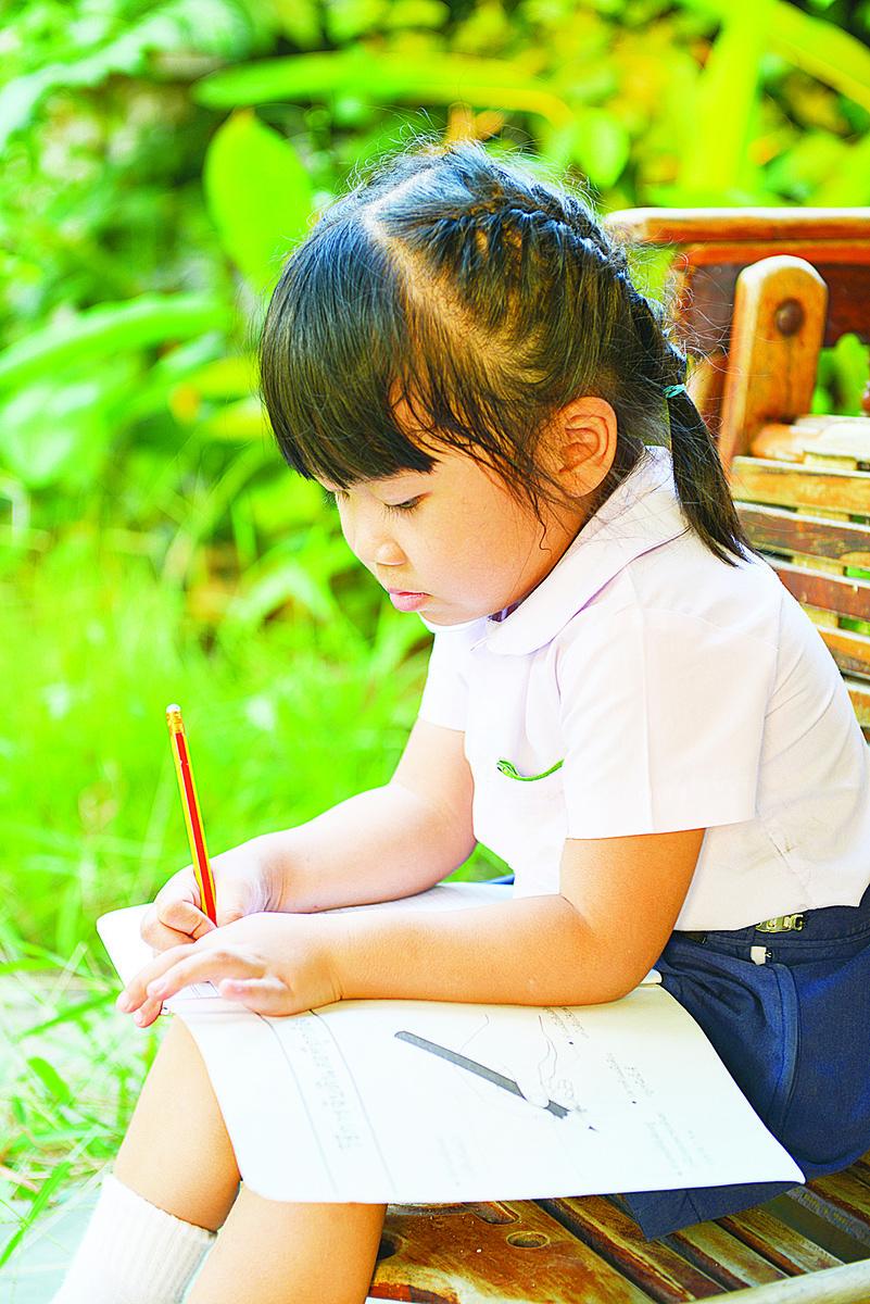 小馨坐在竹椅上靜悄悄地聽著,她小小的心窩裏湧起無邊無際的難過,她覺得爸爸真的好可憐,是一個最可憐的爸爸。