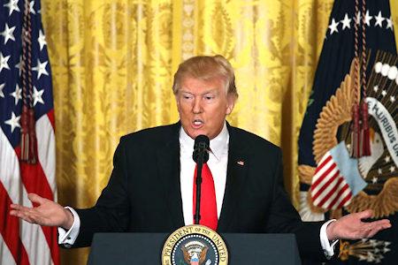 白宮周三(26日)宣佈說,特朗普總統決定在現階段將不會終止北美自由貿易協定(NAFTA),但將要與加拿大和墨西哥兩國迅速啟動重新談判。(Mark Wilson/Getty Images)