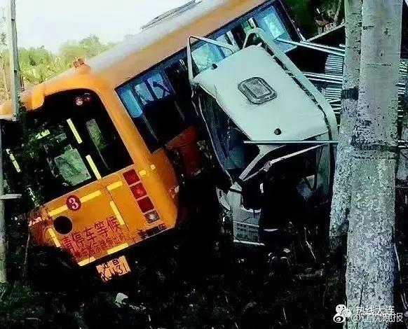 4月26下午,遼寧大連的幼兒園校車與貨車慘烈相撞。(網絡圖片)