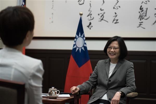 總統蔡英文(右)4月27日接受路透社專訪,針對台美關係、兩岸關係及國防軍購等議題,回應媒體提問。(總統府提供)