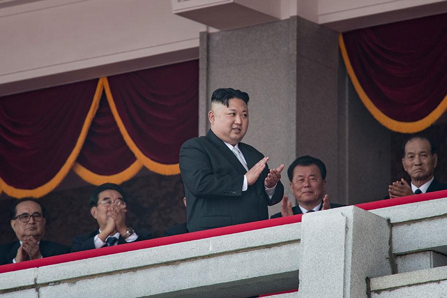 美國白宮、國會、軍方針對北韓核武問題,動作頻頻;並敦促中方與聯合國安理會制裁金正恩政權。美國白宮還透露北京已向北韓下通牒,要求北韓當局不要再進行核試。美、中等各方聯手解決北韓核武問題已是勢所必然。在金正恩政權岌岌可危之際,外媒開始討論金正恩倒台後繼任人選以及朝鮮半島局勢走向話題。圖為金正恩在4月15日閱兵。(ED JONES/AFP/Getty Images)