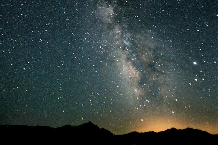 用可見光望遠鏡拍攝的銀河系景象。(維基百科)