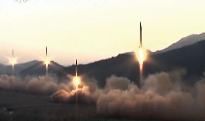 這是北韓2017年3月4日在靠近中國丹東的衛星發射基地射了四枚飛彈。(AFP)