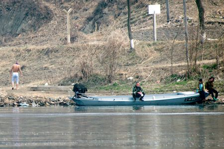 中朝邊境鴨綠江邊的北韓人。(JOHANNES EISELE/AFP/Getty Images)