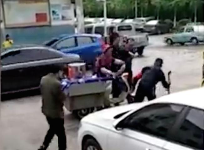 近日昆明一女商販遭遇城管「斧頭執法」。 (視像擷圖)