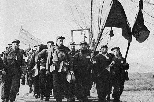 反共志願軍戰俘們走出中立區。(穆正新提供)