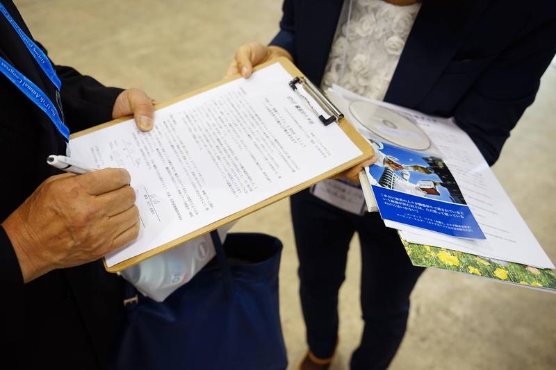 日本外科醫生紛紛簽署連署書。(台灣國際器官移植關懷協會提供)