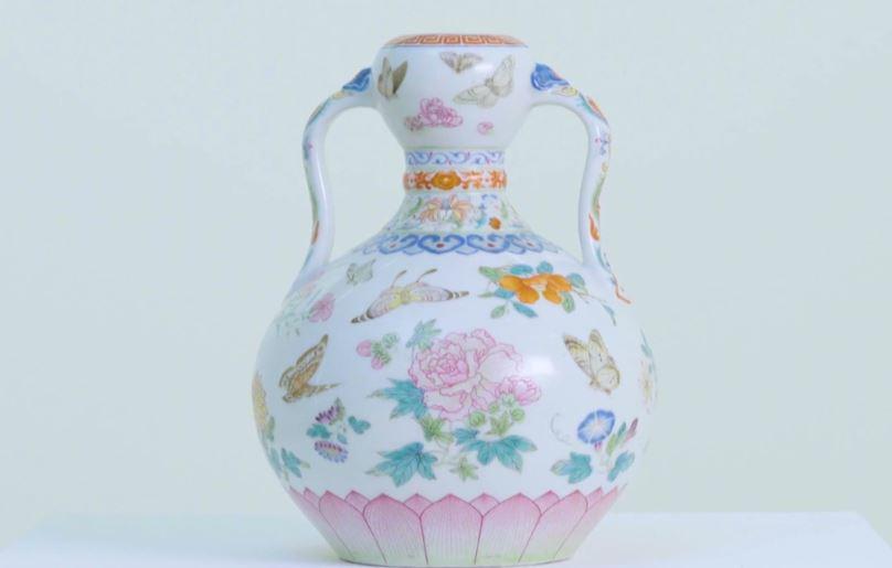 一名英國婦女家中兩支原本認為價值不到1000英鎊的中國花瓶,經估價後,發現這是一對價值超過200萬英鎊的乾隆花瓶。(視像擷圖)