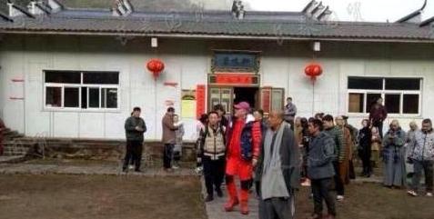 今年2月初,60歲本命年的趙本山穿著一身紅現身佛教聖地九華山。(網絡圖片)