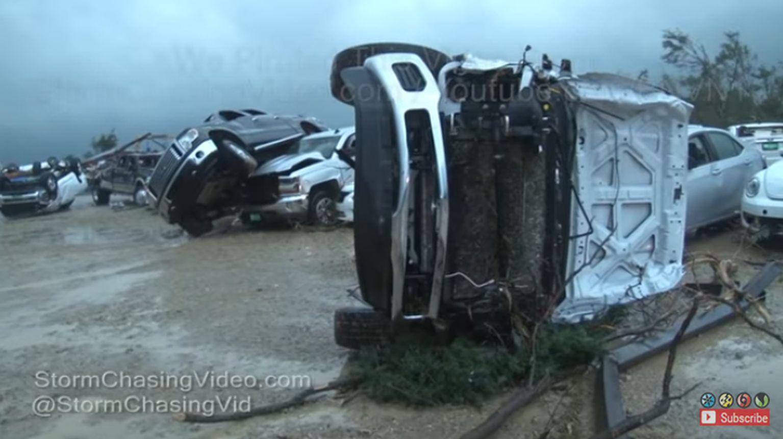 美國德克薩斯州東部的一個小城鎮在周六(29日)夜遭強大龍捲風襲擊,已造成數十人死亡及受傷。(視像擷圖)