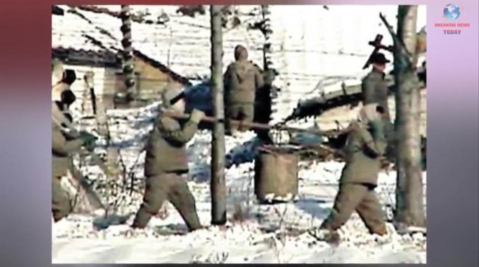 一名曾在北韓勞改集中營擔任守衛的女脫北者,揭露其親眼目睹囚犯遭遇虐殺及酷刑的非人慘狀,即使初生嬰兒也難逃被無情殺戮的惡運。圖為北韓集中營的囚犯。(Breaking News Today YouTube視像擷圖)