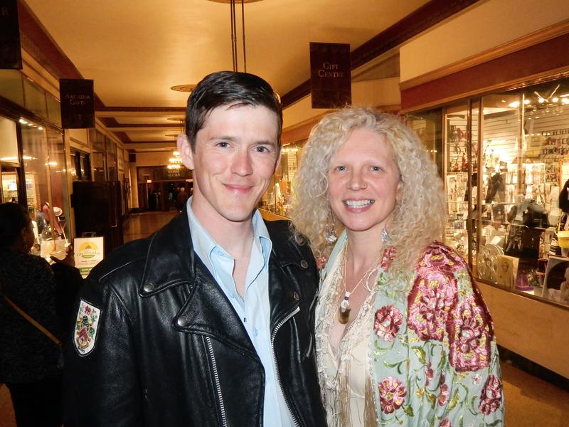 4月29日(星期六)晚,建築公司老闆Adam York和精品服飾店老闆Kyleen Wade在紐約州首府的普羅克斯特劇院觀看神韻演出後,為之歎服。(衛泳/大紀元)