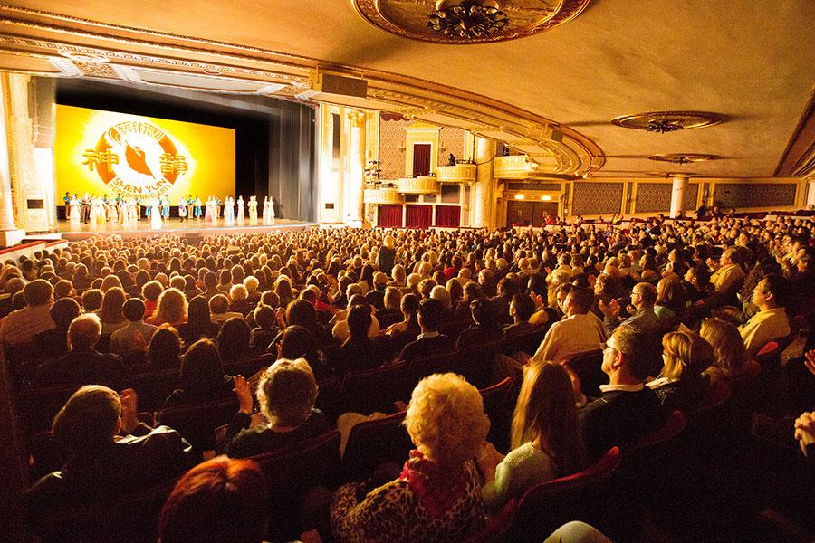2017年4月29日晚美國神韻巡迴藝術團在紐約州政府所在地奧本尼/斯克內克塔迪市(Albany/Schenectady)普羅克特斯劇院(Proctors Theatre)的首場演出全場爆滿。(戴兵/大紀元)