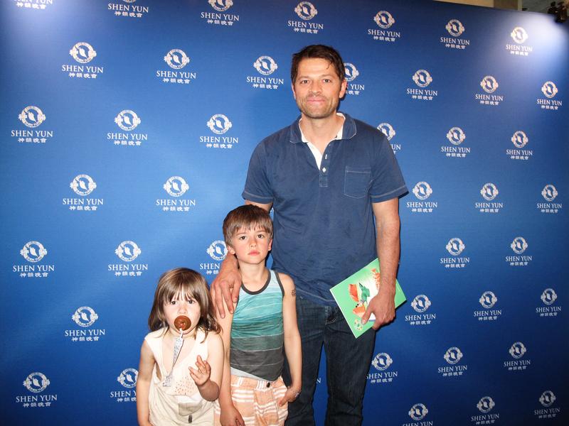 美國電視史上最長盛不衰的奇幻系列《超自然檔案》(Supernatural)明星Misha Collins帶著兩個幼子前來欣賞神韻,讚演出超凡脫俗。(劉菲/大紀元)