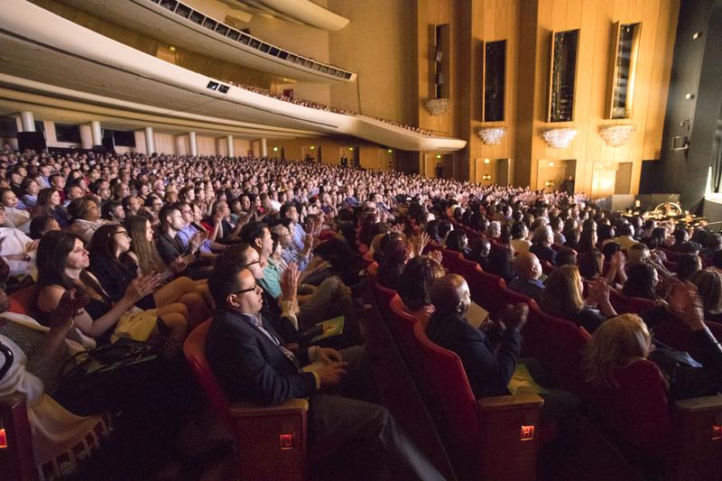 4月29日晚,神韻國際藝術團抵達大洛杉磯地區的最後一站——洛杉磯音樂中心多蘿西・錢德勒劇院(Dorothy Chandler Pavilion)全場爆滿,明星雲集、一票難求。(季媛/大紀元)