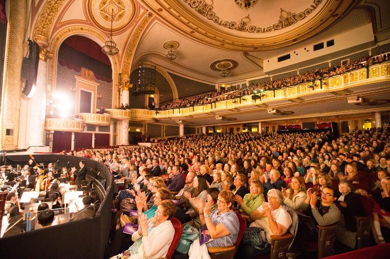 2017年4月30日晚,美國神韻巡迴藝術團在紐約州政府所在地奧本尼/斯克內克塔迪市(Albany/Schenectady)普羅克特斯劇院(Proctors Theatre)的演出,全場爆滿,完美落幕。(戴兵/大紀元)
