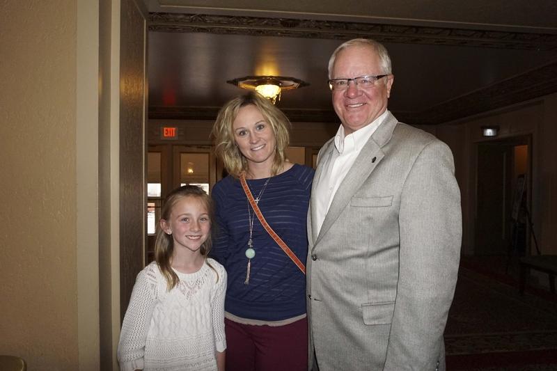 4月30日下午,Mike Jones攜女兒和孫女一同觀看了美國神韻北美藝術團在內布拉斯加州奧馬哈市奧芬劇院(Orpheum Theater)的第二場演出。(溫文清/大紀元)