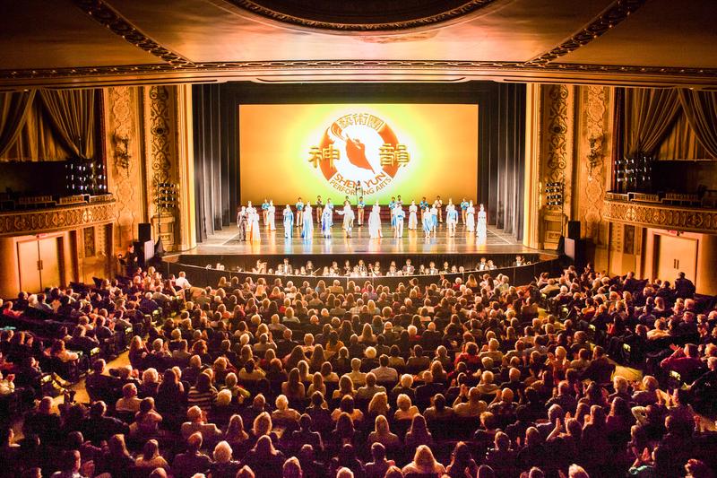 2017年4月30日,美國神韻北美藝術團在內布拉斯加州奧馬哈奧芬劇院(Orpheum Theater)上演在當地的第二場、即最後一場演出,觀眾反應格外熱烈。(陳虎/大紀元)