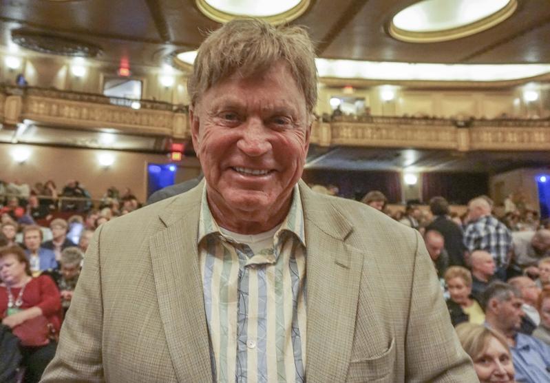 4月30日,退休人士權益聯盟Avaya分部主席Vern Larson觀看了在內布拉斯加州(Nebraska)奧馬哈市(Omaha)的第二場神韻演出。(唐明鏡/大紀元)