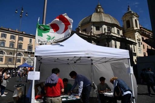 圖為4月30日,選民在羅馬波波洛廣場就意大利民主黨(PD)初選進行投票。三名候選人中,前總理倫齊勝出。去年12月,倫齊主張的憲法改革在全民公投中被否決,他隨後辭去總理職務。(AFP PHOTO / Vincenzo PINTO)