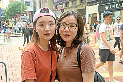 來自深圳的兩位張女士說香港的商品品質較有保障,價格較優惠,除了購物,還會品嚐本地美食。(宋祥龍/大紀元)