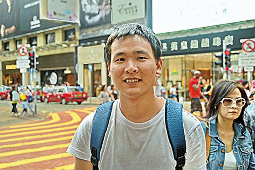 廣東來的陳先生,預計消費4,000元,主要幫朋友同事買化妝品和藥品。(宋祥龍/大紀元)