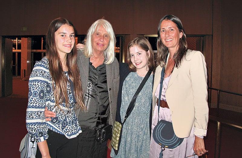 億萬富翁蓋蒂(Getty)家族女繼承人Anna Getty女士(右一)與母親(左二)Gisela和兩個女兒Chesney(右二)和India(左一)觀看神韻,她們喜愛神韻演員們的協調配合。(劉菲/大紀元)